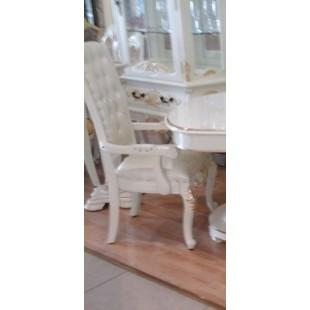 Белый стул с подлокотником в светлый гостиный гарнитур Эрмитаж