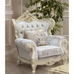 Красивое кресло Ренессанс с резным орнаментом в гостиную