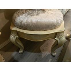 Мягкий тканевый пуфик в спальный гарнитур Ренессанс в шикарном стиле