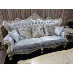 Мягкий диван с каретной стяжкой и резным орнаментом в гостиную Ренессанс в итальянском стиле