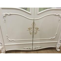 Белая двухдверная витрина Коко Шанель