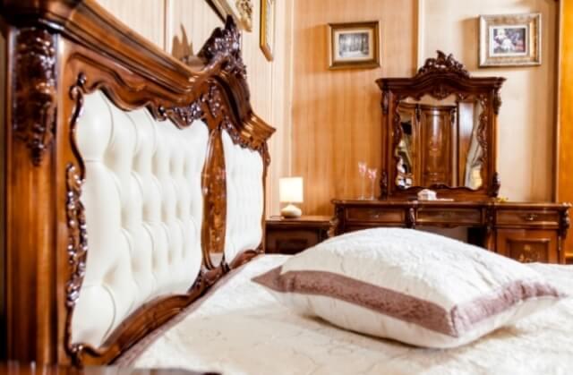 Резное изголовье кровати с вставкой из кожи