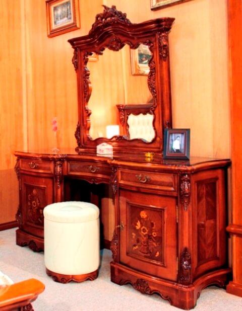 Стол туалетный с пуфом в спальню от румынского производителя Норд Симекс